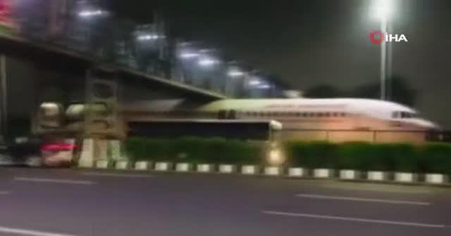 Hindistan'da köprü altına sıkışan uçak viral oldu