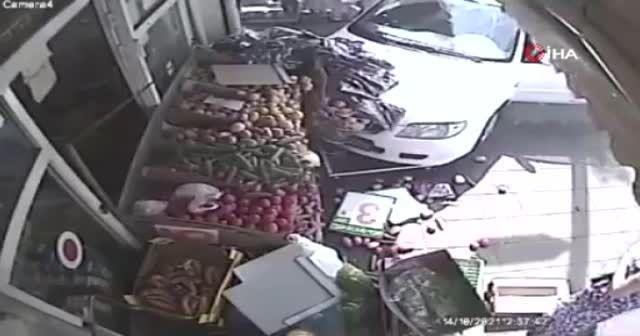 Araba çarptı yine de alışverişten vazgeçmedi