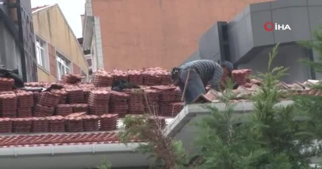 İstanbul'da akılalmaz görüntü: Öğrenciler oynarken, çatıda önlemsiz kiremit taşıdılar