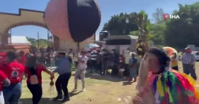 Meksika'da müzikli, danslı ve havai fişekli cenaze töreni
