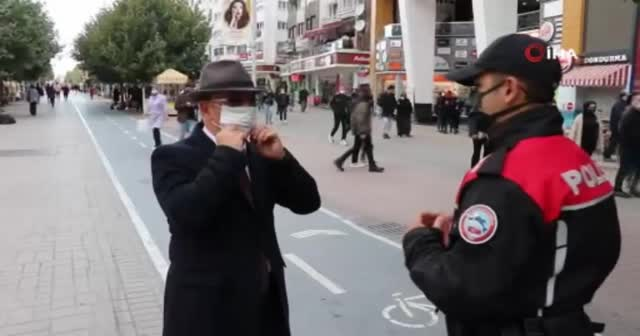 Maskesiz vatandaş yüzünü şapkayla kapattı