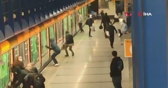 Metroya sprey boyayla saldırdılar