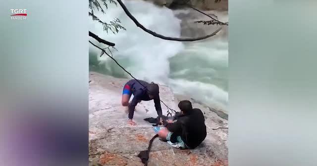 Nehre düşen iki dağcıyı Hintli gençler sarıklarıyla böyle kurtardılar